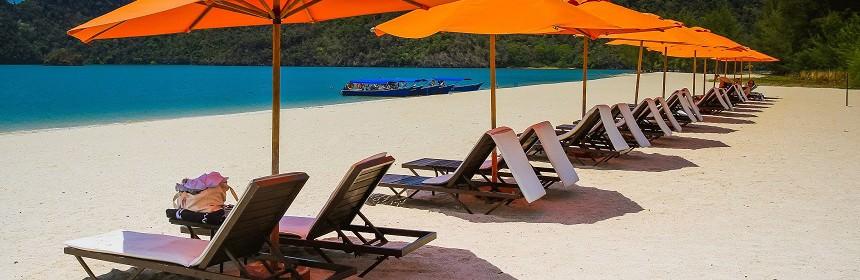 Heerlijk relaxen tijdens je zonvakantie op een verlaten strand via Scenic Travel - Zoetermeer